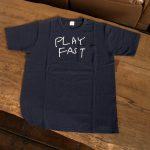 写真: Tシャツ「PLAY FAST」  ポケット付/ネイビー